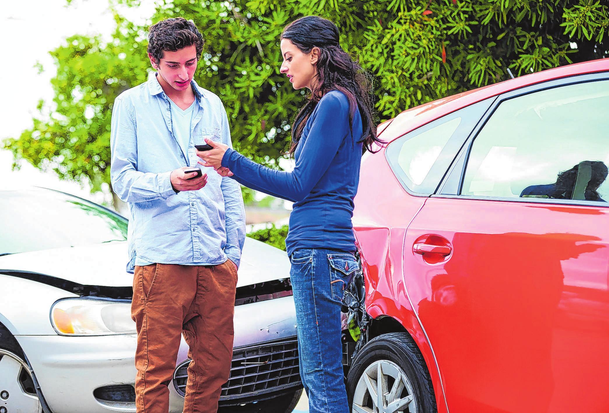 Eine Schaden-App kann bei einem Unfall alle Informationen übermittenln. Foto: C.Yeulet/123rf.com/barmenia