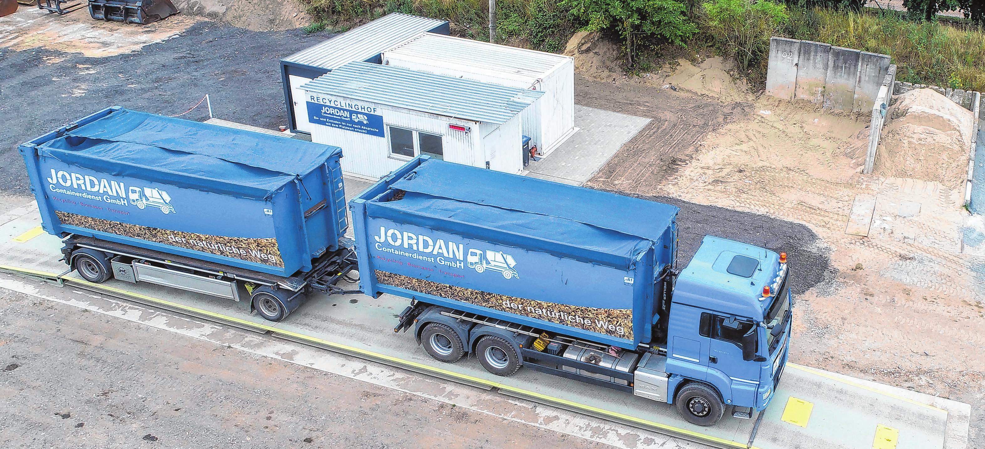 Schweres Gerät: Auf dem Recyclinghof des Unternehmens haben die Sattelzüge viel Platz. Was sie geladen haben, das wird auf der Waage exakt nachgemessen. Fotos: MMH