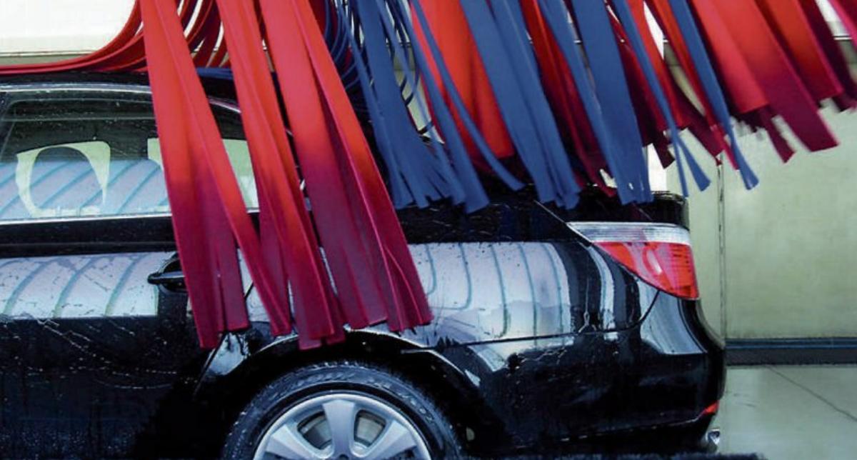 Moderne Waschstraßen verfügen über wirkungsvolle Reinigungssysteme, die Problemzonen wie Frontscheibe, Schwellerbereich, Fahrzeugunterboden und Heckbereich gezielt und erfolgreich behandeln. Bild: BTG Minden