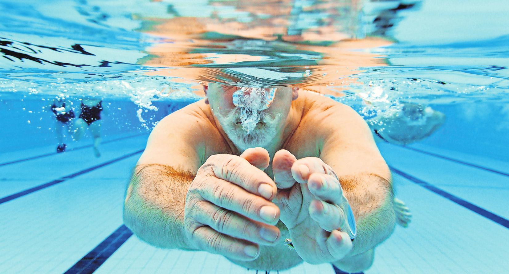 Auch mit Gelenkproblemen kann man Sport treiben – Schwimmen zum Beispiel. FOTO: DPA