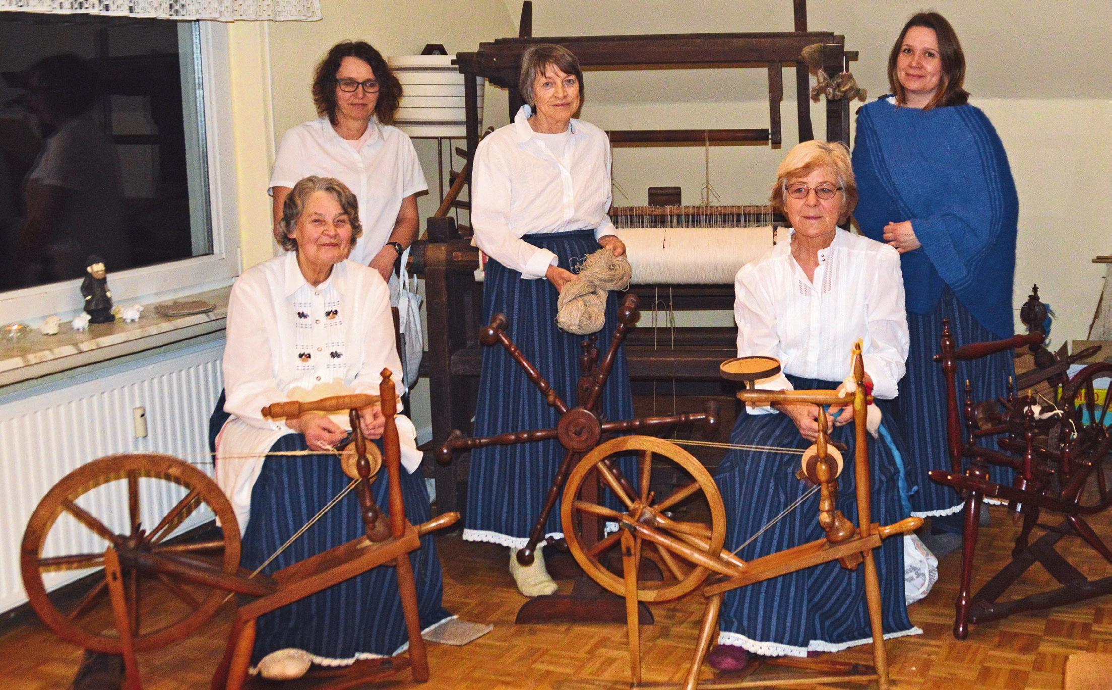Fast wie in alten Zeiten: Gertraud Meyer-Thies, Astrid Kühn, Gisela Niebergall, Maren Malzahn und Nina Feith (von links) von der Gr. Oesinger Spinnstube spinnen gern in geselliger Runde.