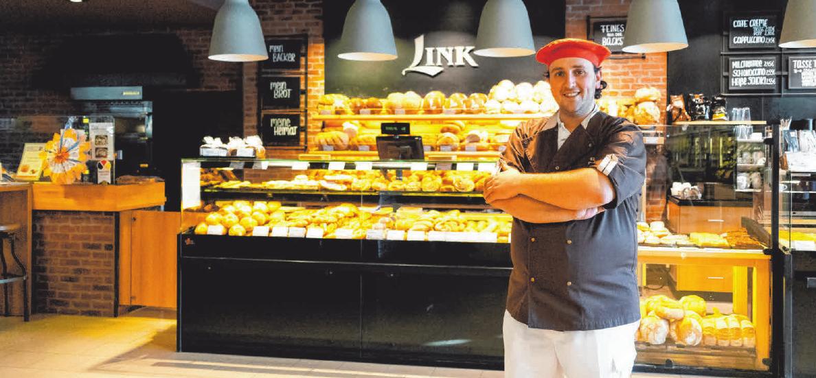 """Wie das duftet! Bäckermeister Daniel Link vor """"seinen"""" Broten, Weckle und Kuchen. FOTO: LINK"""