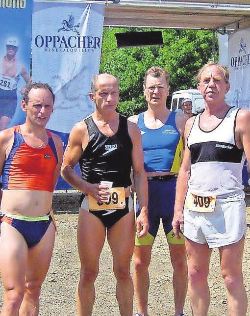 Teamkollegen von Raimund Kupka (l.) bei einer Triathlonveranstaltung. FOTO: PRIVAT