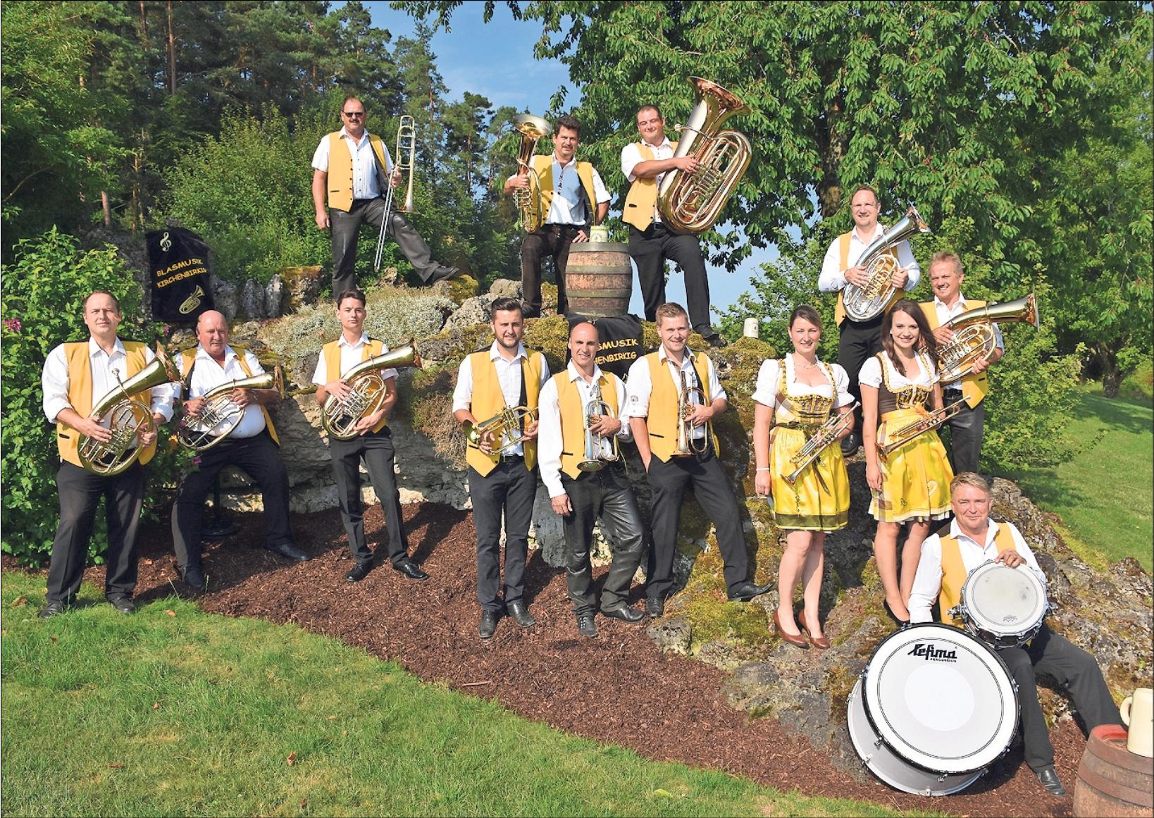 Gut zu erkennen sind die Damen und Herren der Blasmusik Kirchenbirkig an ihrer schmucken, gelben Tracht. Am Wochenende feiern sie ein großes Musikfest anlässlich ihres 25-jährigen Bestehens. Foto: Rosi Thiem