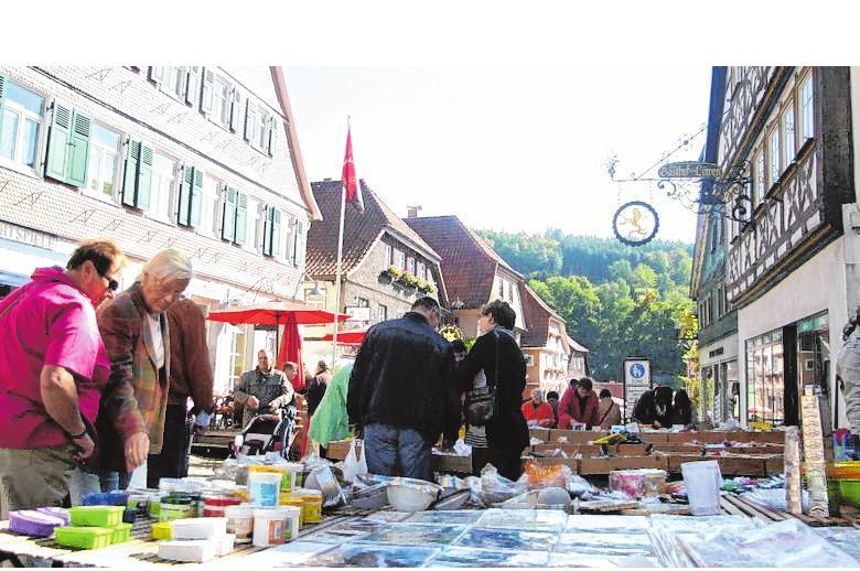 Markthändler und Aussteller bieten beim Herbstmarkt ihre Waren an.