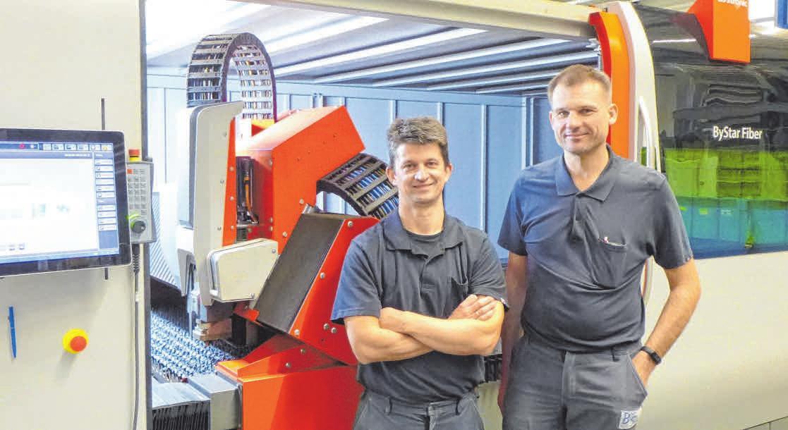 Die beiden Geschäftsführer René Stolz und Markus Kaeß an der neuen 10 kW Laserschneidmaschine. FOTO: OH