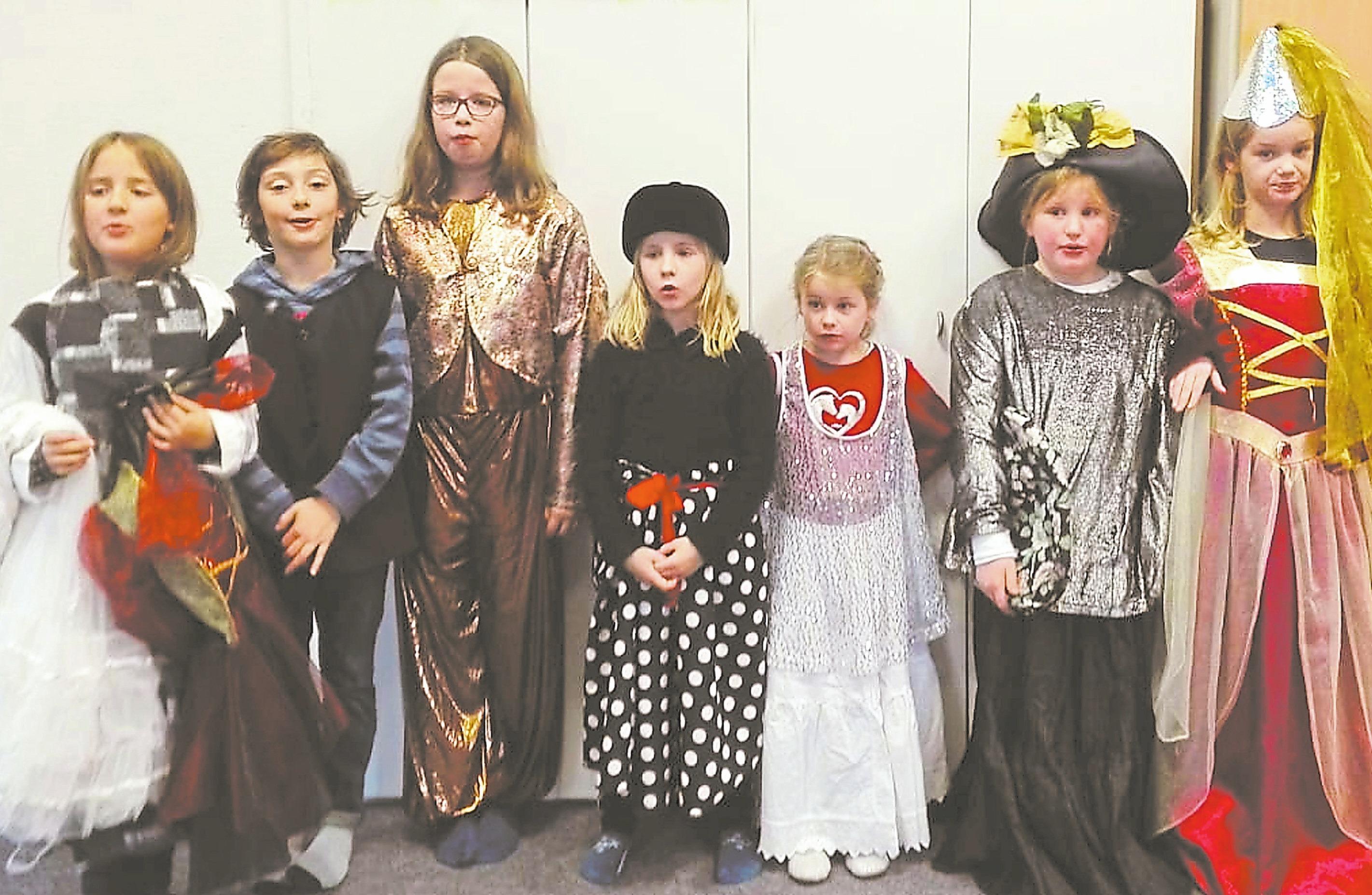 Die VHS-Theater-Kids haben Szenen aus verschiedenen Märchen eingeübt, die sie am Sonntag aufführen werden. Foto: privat