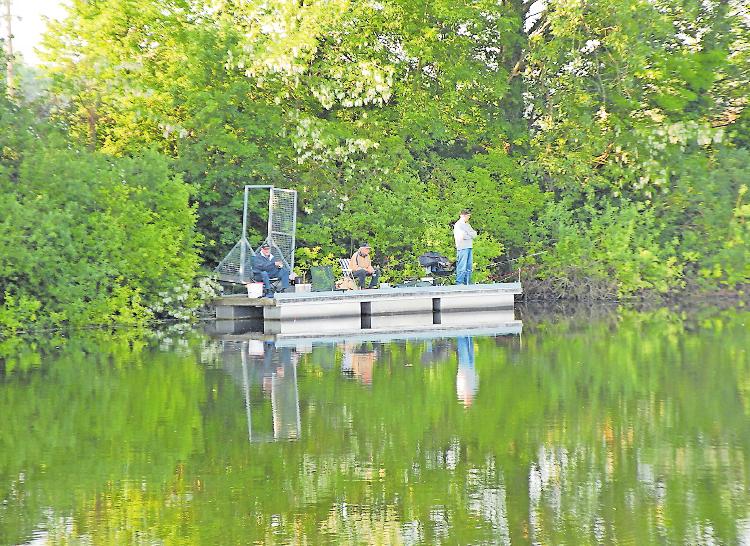 Lieben die Ruhe und die Natur: Angler des ASV Neuhofen beim Anfischen Ende Mai. FOTO: NEUMANN