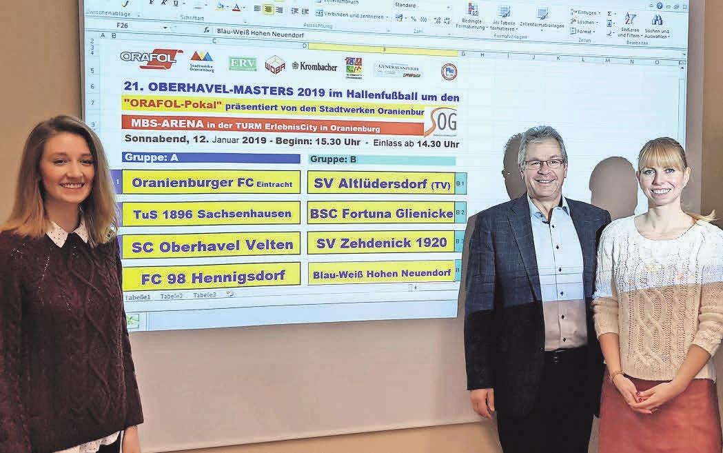 Losfee Laura Kleimann (l.) zog interessante Gruppen – sehr zur Freude von OFC-Vereinschef Jürgen Peter. FOTO: KNUT HAGEDORN