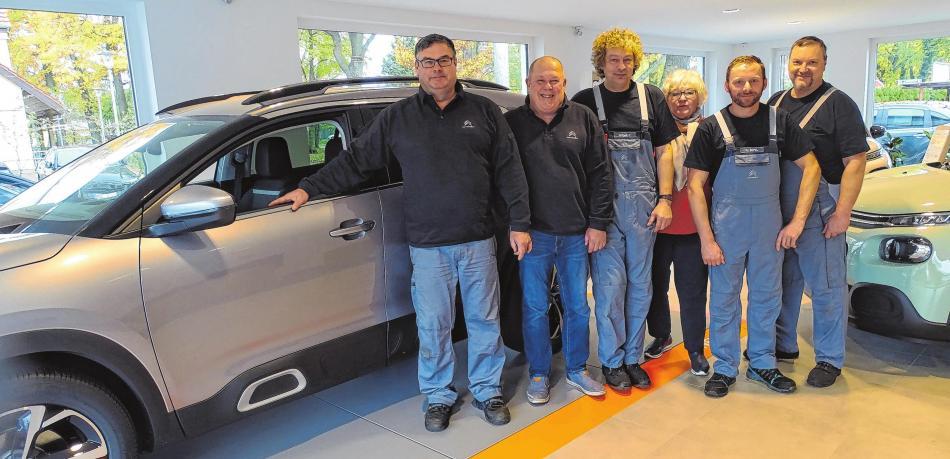 Das Team um Inhaber Andre Twardun (links) begrüßt die Kunden seit dem 21. September im neuen Showroom. Foto: Jörg