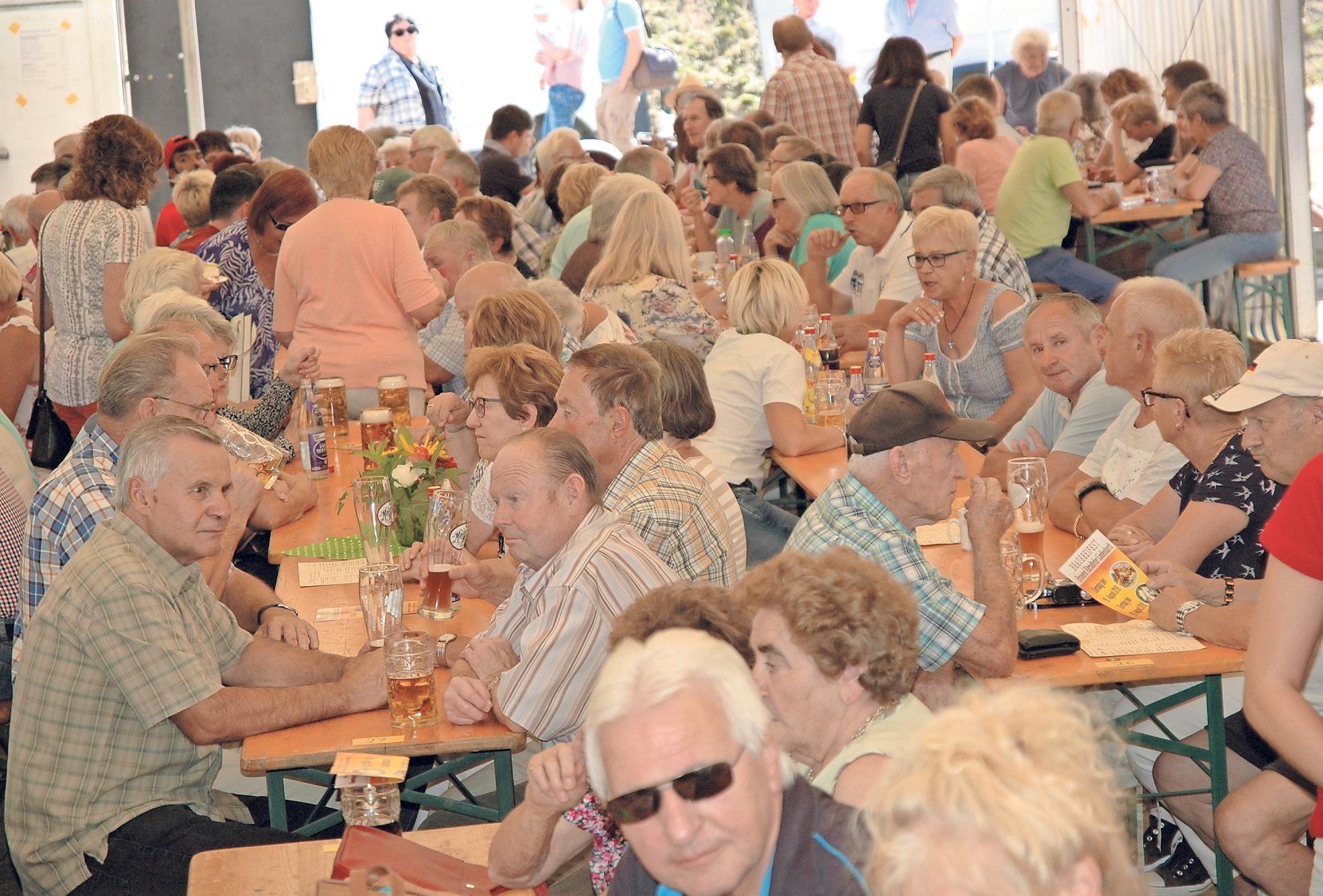 Vollbesetzt ist das kleine Festzelt am Sonntagnachmittag. Fotos: Dieter Jenß