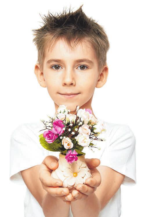 Ein Blumenstrauß kommt bei Müttern immer gut an. FOTOS: CB