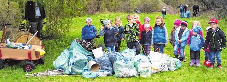 """Zusammen mit den Kindergartenkindern veranstaltete der OGV Wülflingen 2017 ein """"Ramadama"""". FOTO: JOSEF ZENKER"""