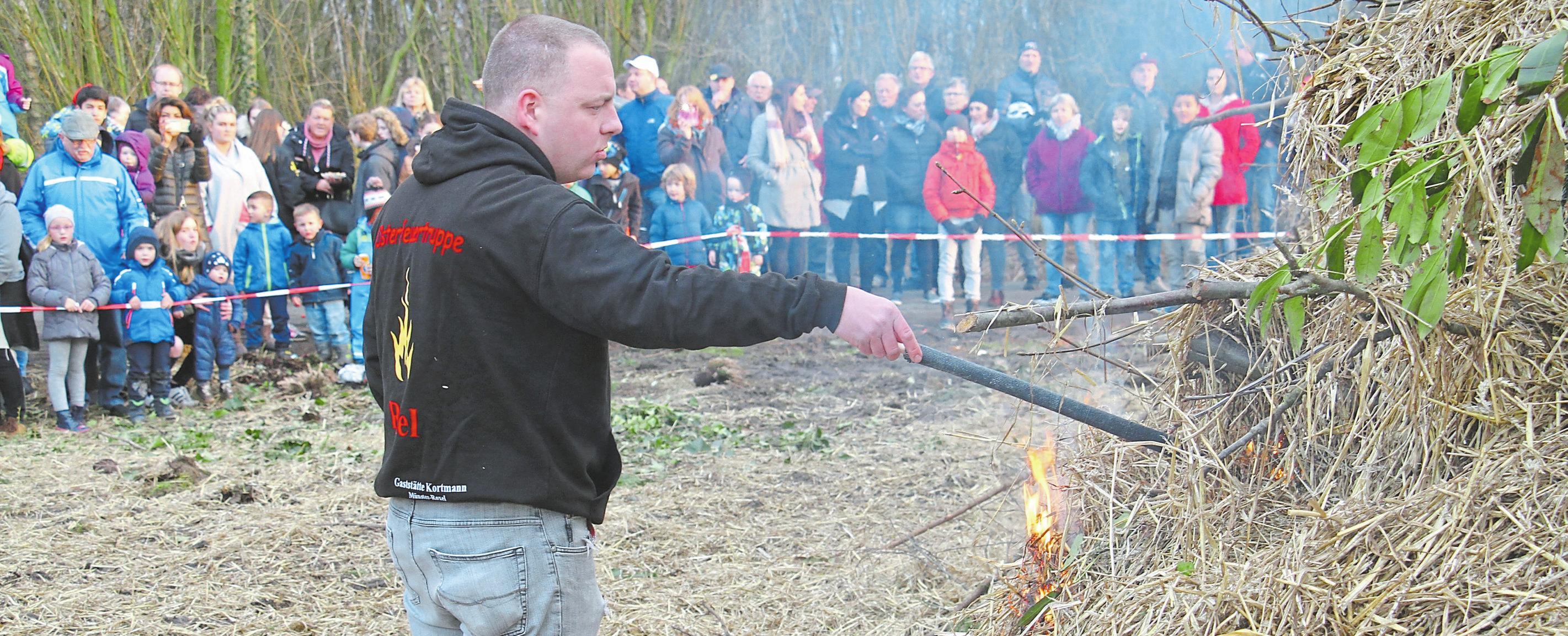 Philipp Grawemeyer von der Osterfeuertruppe lässt das Holz in Flammen aufgehen.