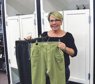 Nicola Paschelke zeigt JoggJeans in trendigen Farben.