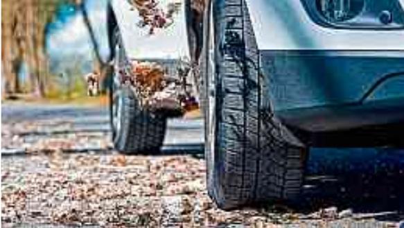 Laub, Feuchtigkeit und Co. können schon im Herbst die Straßen in Rutschbahnen verwandeln. Daher empfiehlt es sich, frühzeitig auf Winterreifen mit ihrem Extra-Grip umzusteigen. FOTOS: DJD