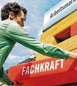 """Ohne Fachkräfte würde der Arbeitsmarkt zusammenstürzen wie dieser symbolische Turm. Deshalb hat das Land Sachsen-Anhalt für die Fachkräftesicherung im Verbund mit Partnern die Initiative """"Fachkraft im Fokus"""" ins Leben gerufen. FOTO: MZ-ARCHIV/DPA"""