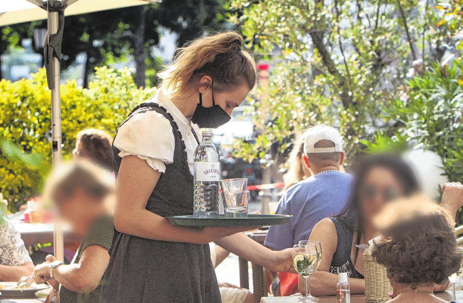 Kellner mit Mundschutz sind mittlerweile zu einem alltäglichen Anblick geworden. Für Gäste gibt es laut Corona-Verordnung jedoch keine Maskenpflicht. Foto: Ralph Peters/www.imago-images.de
