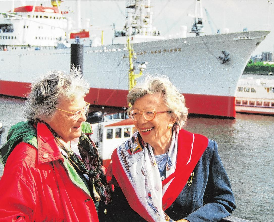 Mit einer Freundin die neue Elb-Promenade und die Hafen-City erkunden.Wer niemanden hat, kann sich einer Seniorenorganisation anschließen Foto: Umsorgt wohnen