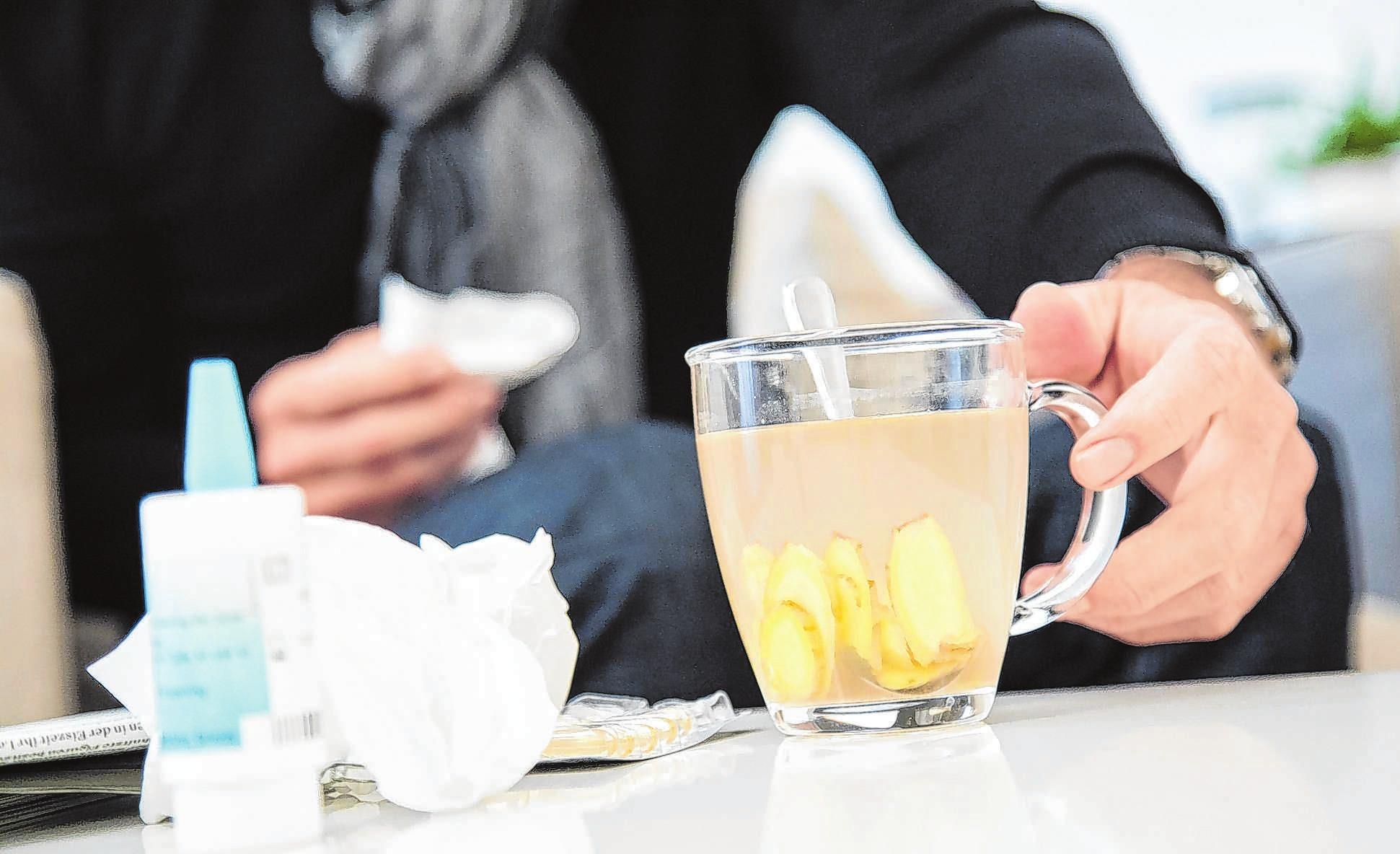 Ein Aufguss aus Ingwer mit Honig und Zitronensaft ist bei Erkältung wohltuend. Foto: Christin Klose/dpa-mag