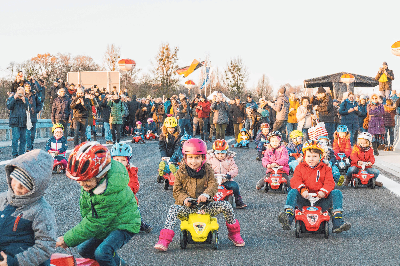 Ravensburger Kinder durften am 30. November mit ihren bunten Bobbycars als Erste die Bundesstraße 30 Süd befahren. FOTO: MARIUS HARTINGER
