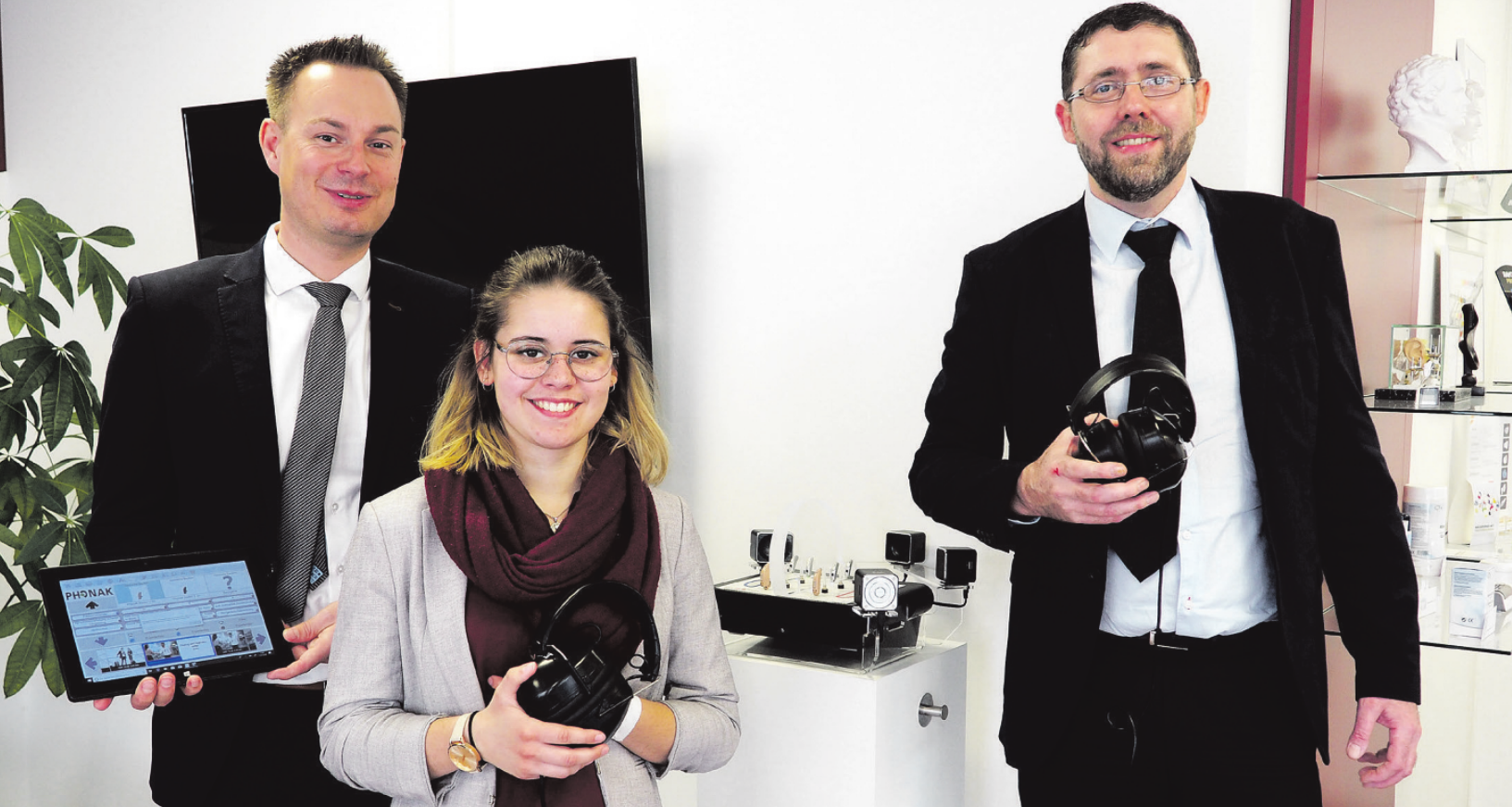 Felix Schmelzer (l.), Franka Tesch und Steffen Leitow präsentieren den Klangfinder. Mithilfe des Gerätes lassen sich unkompliziert verschiedene Hörgeräte vergleichen Foto: C. Schlie