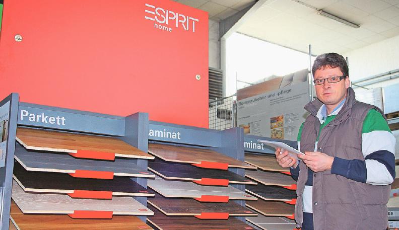 Im Holzmarkt Goebel (im Bild zu sehen ist Inhaber Bernhard Boettel) findet der Kunde die umfangreiche Produktpalette des Baustoffes Holz. Foto: Claus Schloot