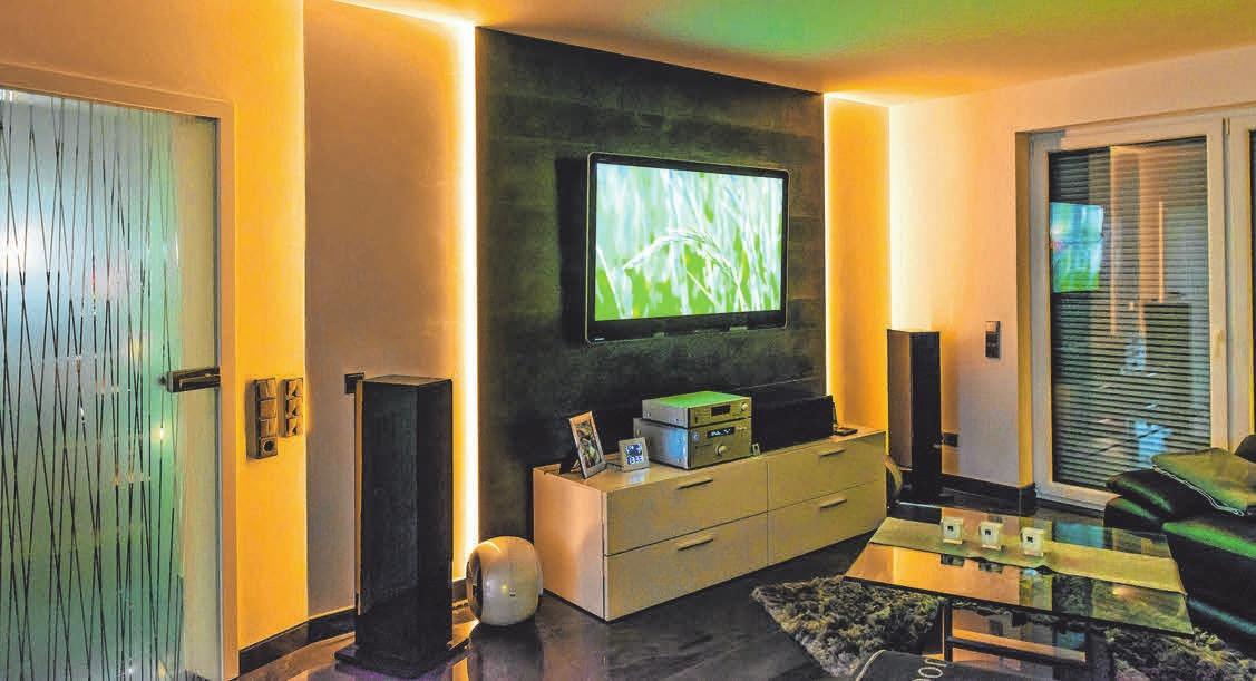 Eine beleuchtete Wandscheibe sorgt für eine besondere Atmosphäre im Raum.