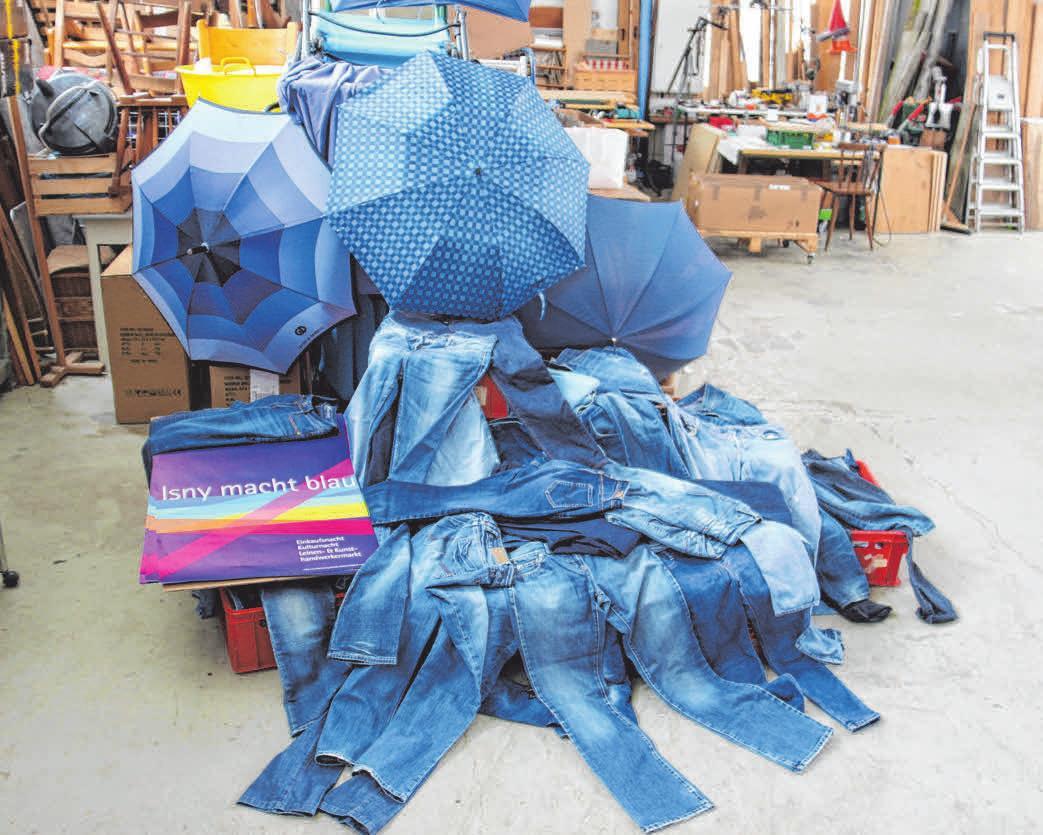 Die gespendeten Blue-Jeans werden zur blauen Dekoration. FOTO: IMG/BROCKHOFF