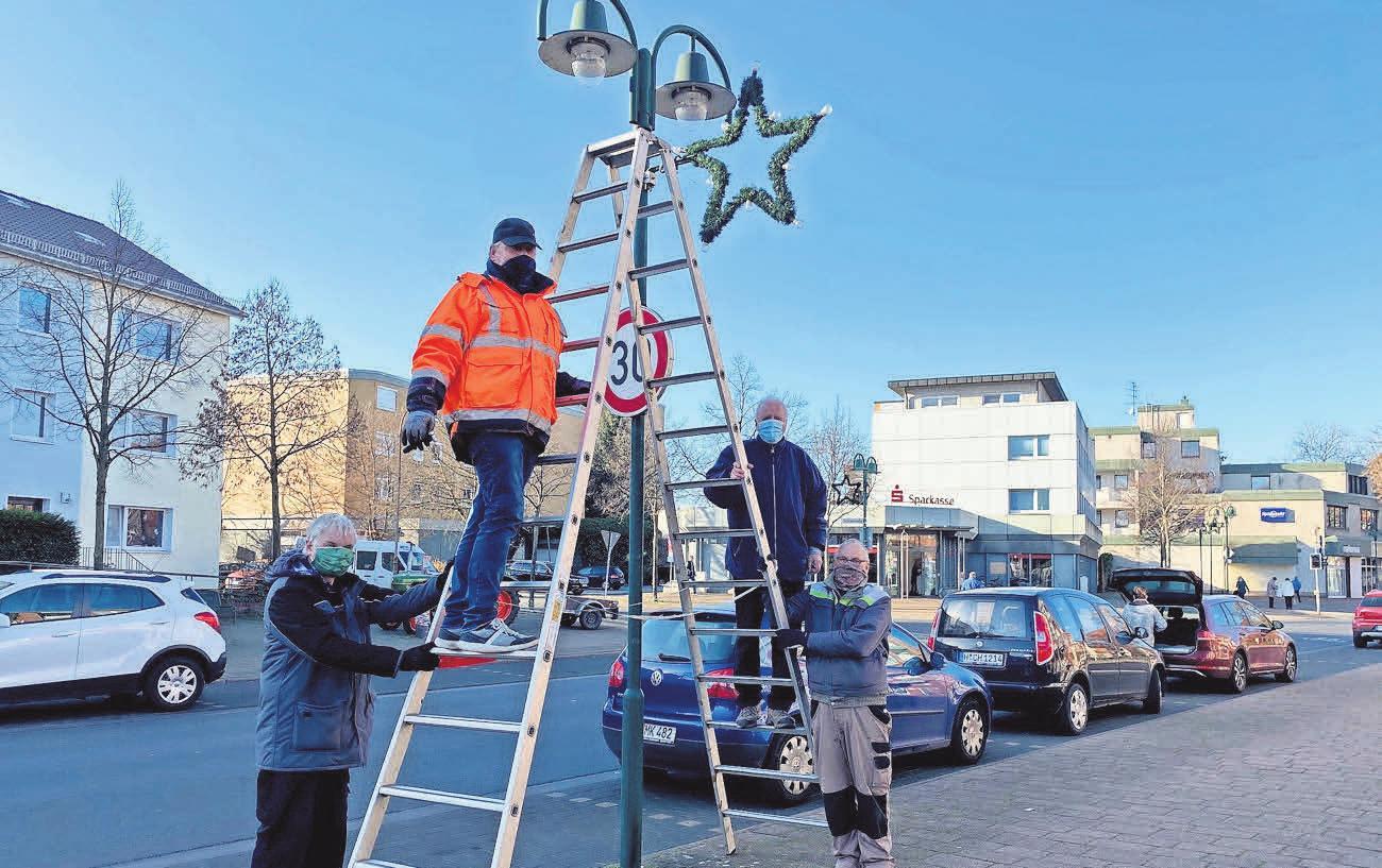 Die Altersabteilung der Feuerwehr unterstützt wie jedes Jahr die HGS und verschönert die Innenstadt mit Adventssternen.