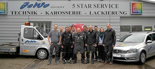 Thomas Römmelt (4. v. re.) und sein kompetentes Team von JeWo. FOTO: REG