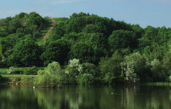 Müllberg mit Hummelsee: Die 76 Meter hohe Erhebung bietet einen tollen Blick über Hamburg