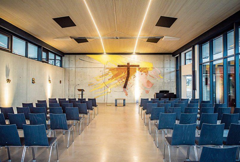 """Für die künstlerische Gestaltung des Inneren der neuen Aussegnungshalle konnte der in Rottweil geborene """"Kirchen-Künstler"""" Tobias Kammerer gewonnen werden."""