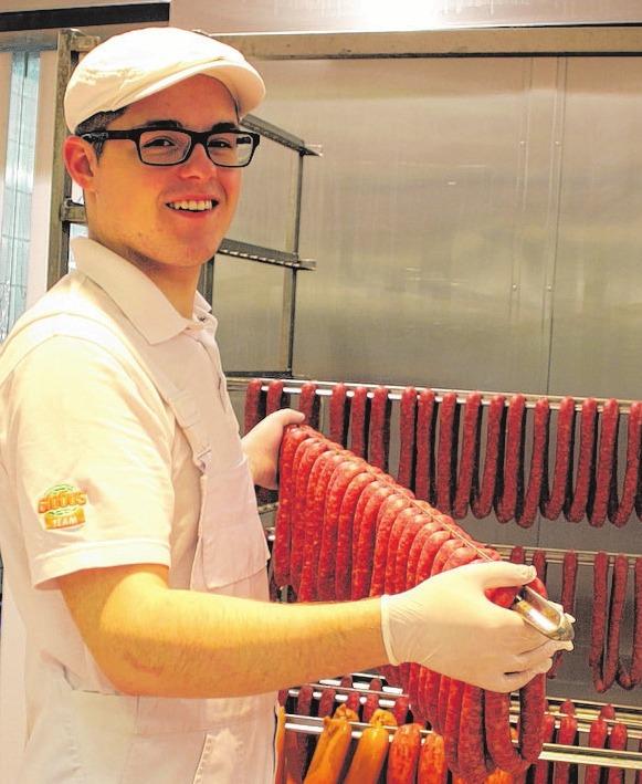 Azubi Markus Klebe macht die Arbeit in der GLOBUS-Fachmetzgerei Spaß.