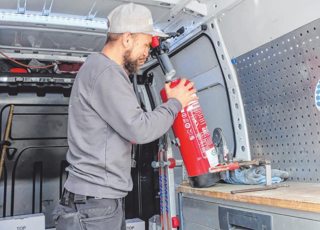 Das Überprüfen von Feuerlöscher gehört für RMP-Mitarbeiter Florian Löchle neben zahlreichen weiteren Brandschutzmaßnahmen zum Tagesgeschäft.