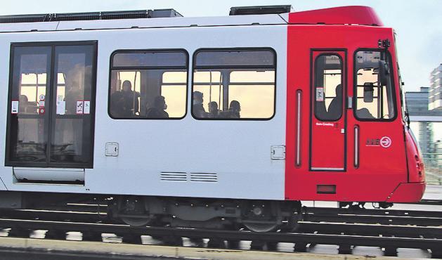 """So wie dieses """"Schwester-Fahrzeug"""" der Serie 2400 wird bald auch die Stadtbahn Nr. 2414 mit Fahrgästen durch Köln fahren"""