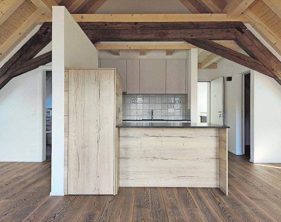 Edles Holz und hochwertige Küchen zeichnen das Innenleben aus.
