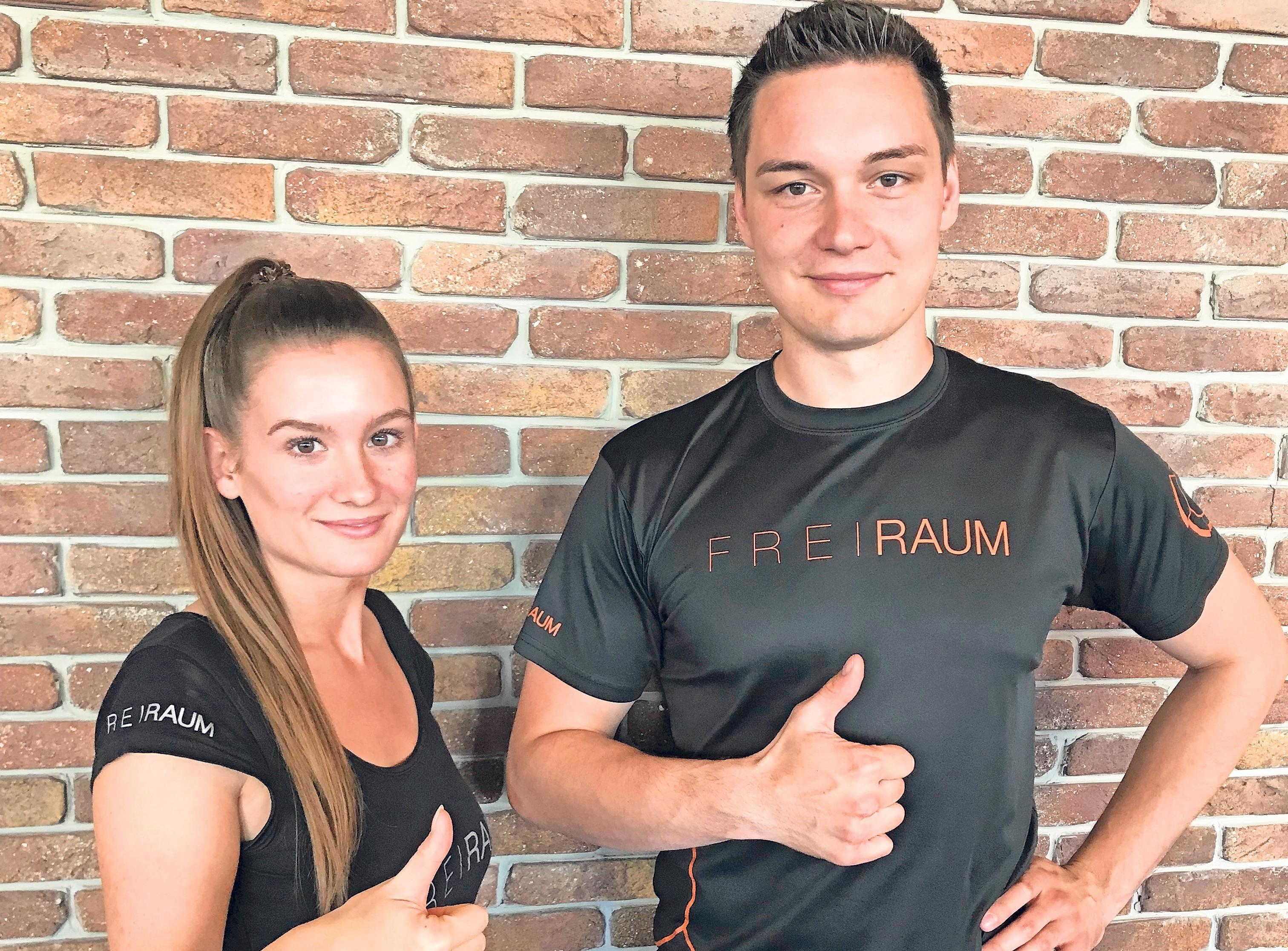 Max Mühlbauer (Studioleitung) und Julia Mauthe (Aerobicleitung) freuen sich über das Ergebnis des Kundenspiegels. Foto: Freiraum