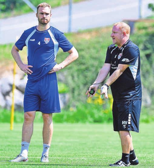 Uerdingens Trainer Heiko Vogel gibt Jan Kirchhoff Anweisungen.