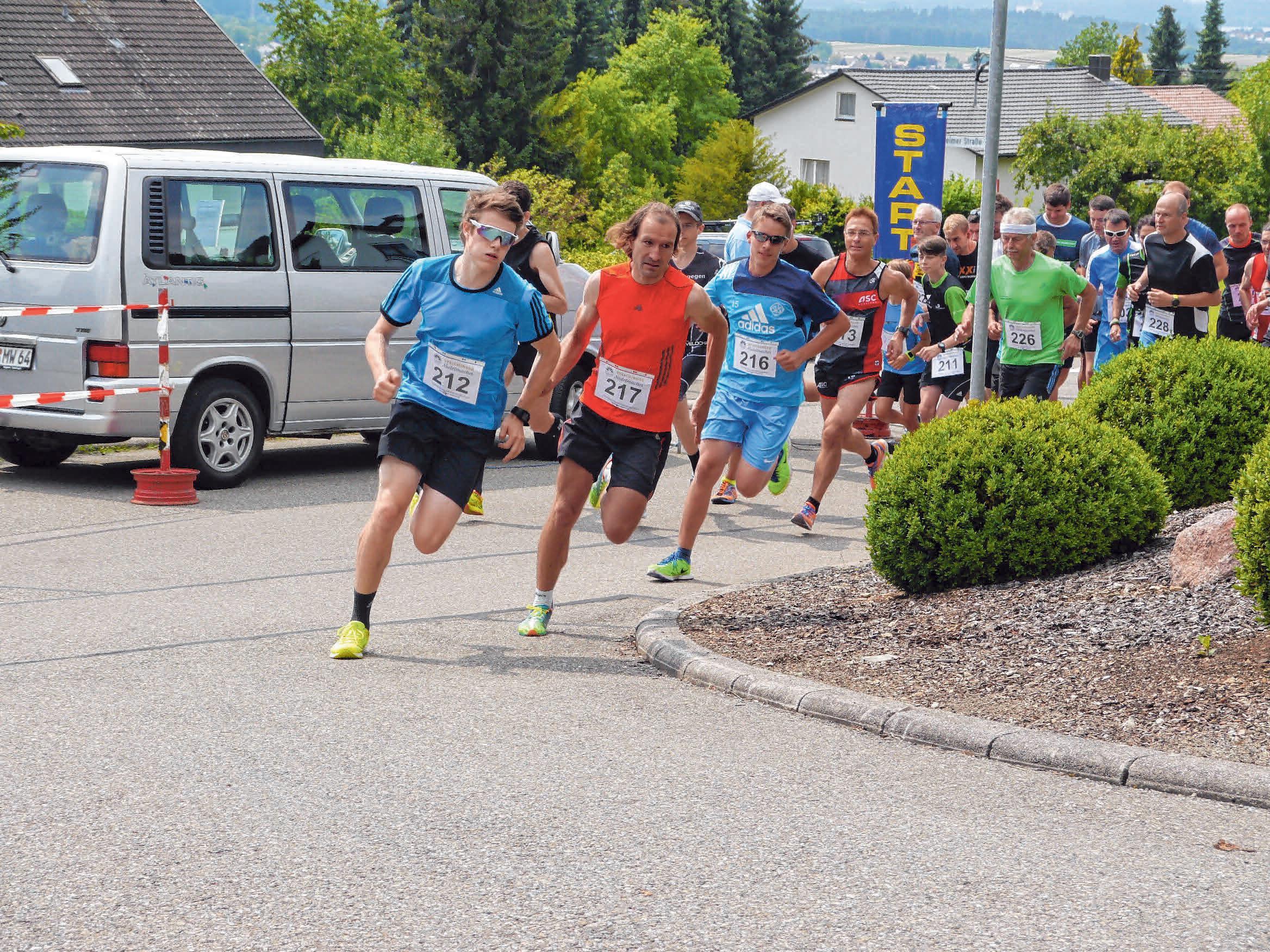 Die Läufer beim Bergrennen legen sich immer ordentlich ins Zeug. FOTOS: ARCHIV/MÜLLER