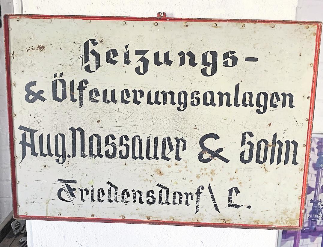 """Noch vorhanden und ein Zeuge von vergangenen Tagen: das Schild der Firma """"Aug. Nassauer & Sohn"""". Foto: Sascha Valentin"""