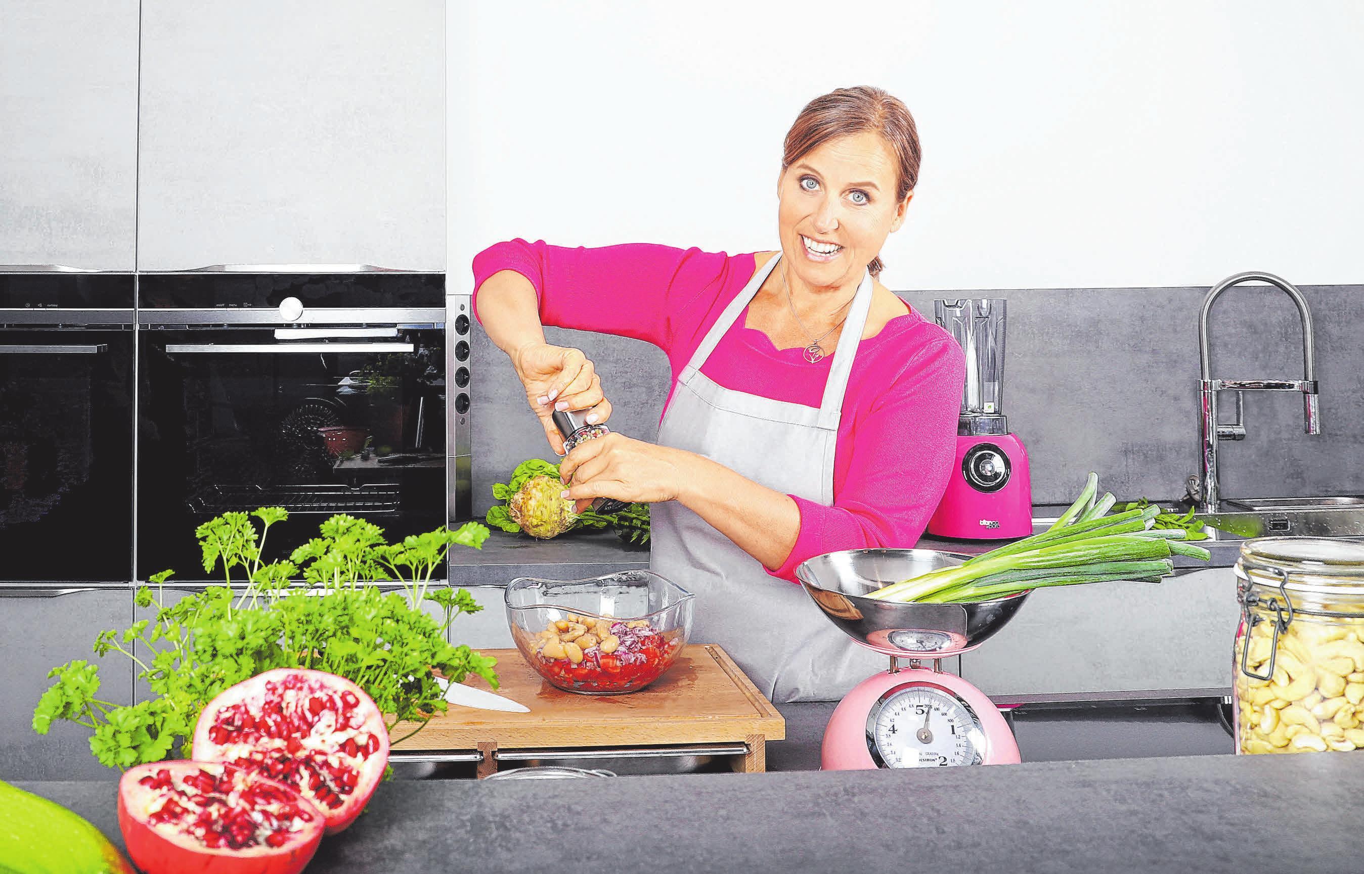 Inge Barth bereitet in ihrer neuen Küche vegane Vielfalt zu. FOTO: ZARTBITTER - DESIGN