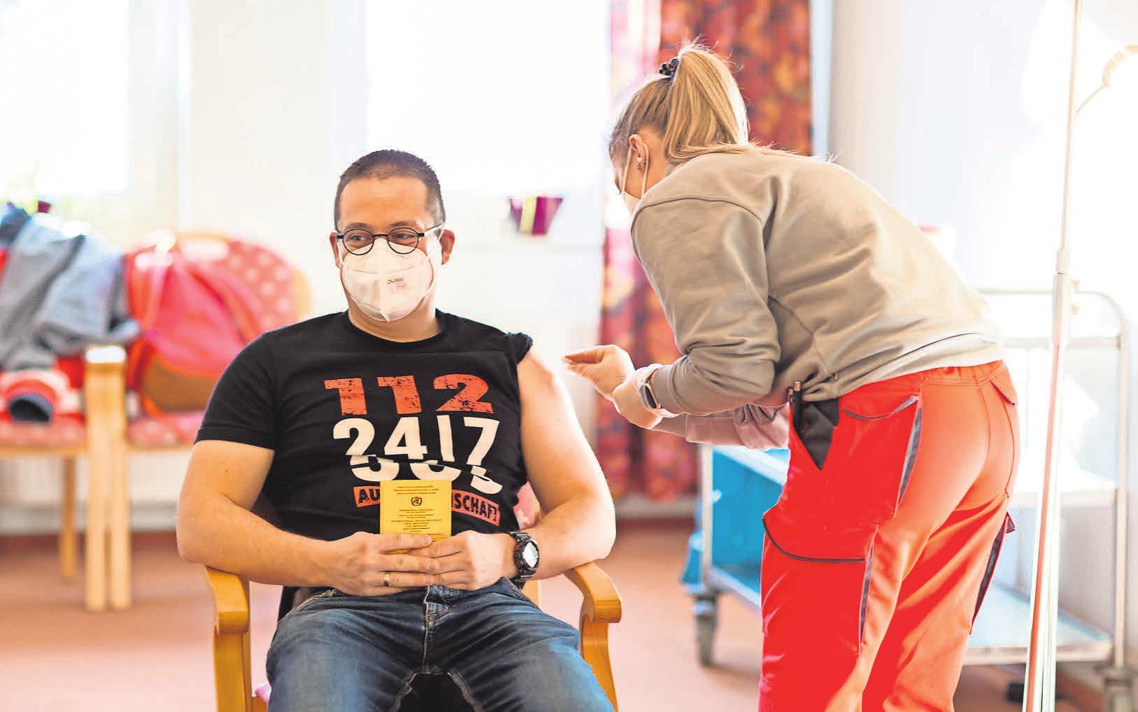 """Mit gutem Beispiel voran: Jens Paul, Leiter der Einrichtung """"Haus Gehrden"""", war gestern der erste, der sich eine Spritze gegen das Corona-Virus abgeholt hat. Foto: Christiane Neupert (2)"""