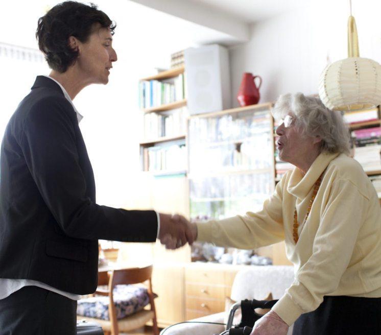 Liebevolle Betreuung in den eigenen vier Wänden: fürsorglich und zuverlässig. Bild: djd/Compass