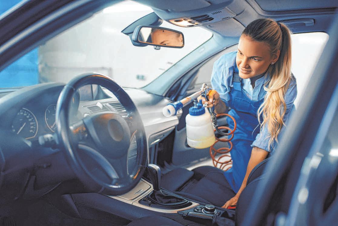 Die Innenaufbereitung umfasst in der Regel die Reinigung des kompletten Innenraums einschließlich der Scheiben und des Kofferraums.