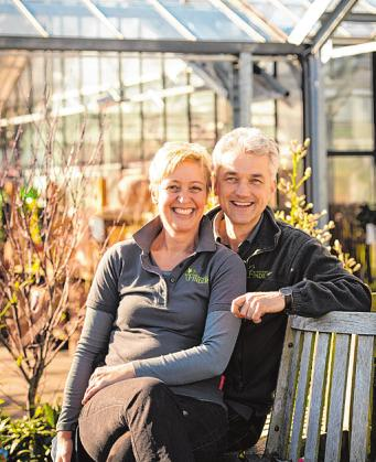 Das Inhaberehepaar Chris und Eggert Finder inmitten seiner grünen Oase