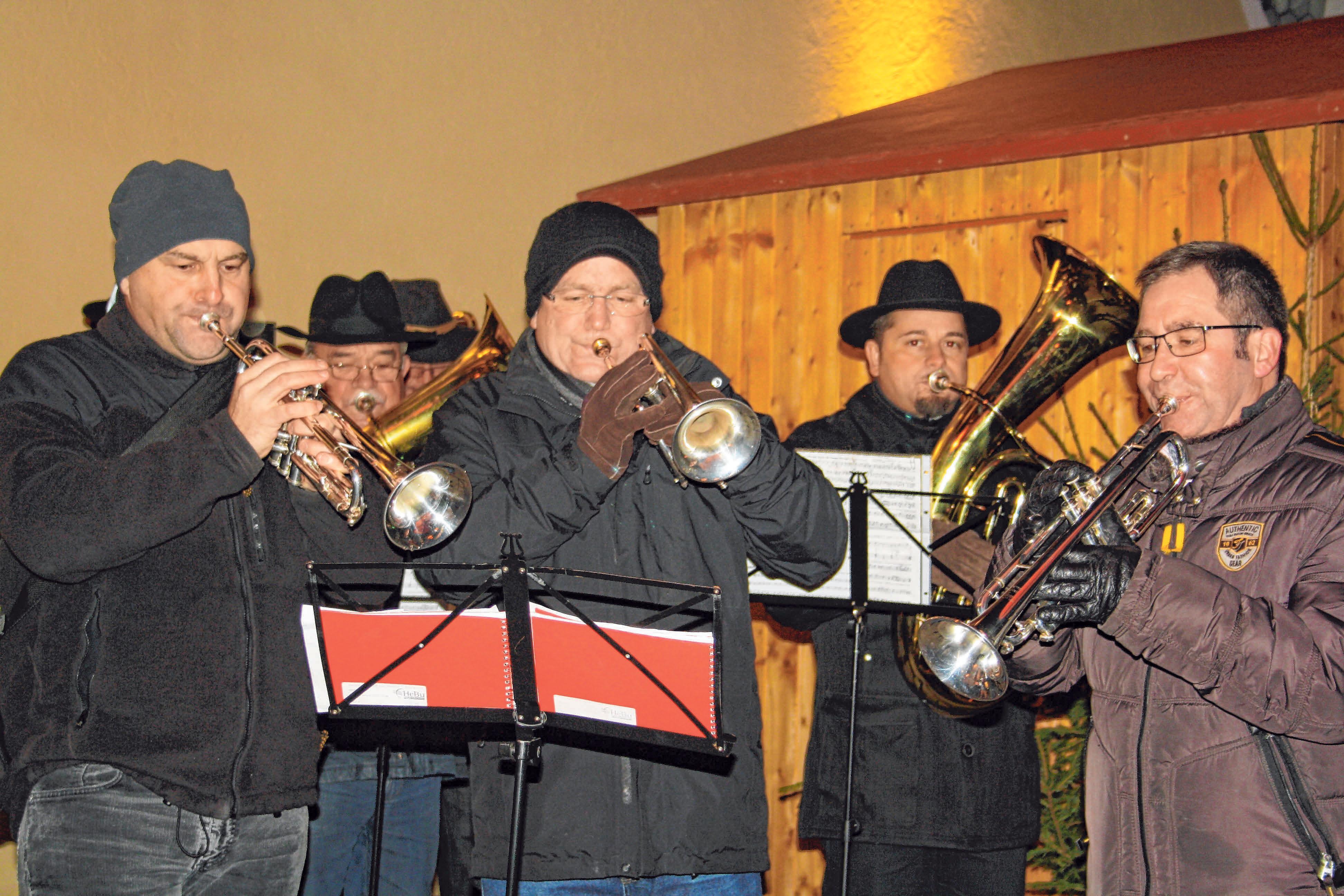 Auf dem Marienplatz werden weihnachtliche Lieder zum Besten gegeben.