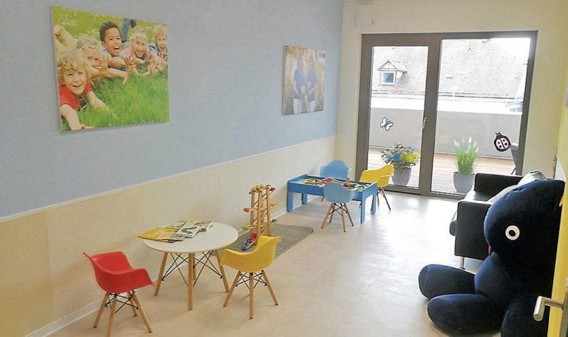 Ein separater Spielwartebereich erfreut die kleinen Patienten.