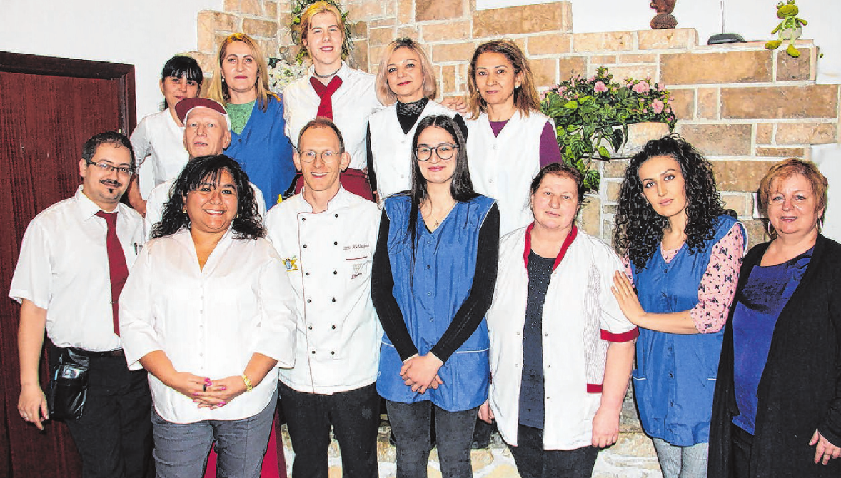 Ob im Restaurant, im Hotel oder beim Catering: Kattya (2.v.l.) und Ulli Kellenbenz (3.v.l.) und ihr Team sind immer im Einsatz für ihre Gäste.  Foto: Inge Czemmel