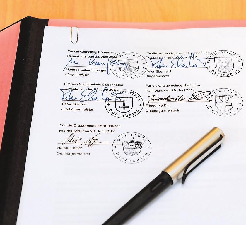 Gemeindefusion: In Dudenhofen haben die Bürgermeister Peter Eberhard (Dudenhofen), Manfred Scharfenberger (Römerberg) und Harald Löffler (Harthausen) sowie Hanhofens Bürgermeisterin Friederike Ebli einen Vertrag zu diesem Zweck unterzeichnet. ARCHIVFOTO: LENZ